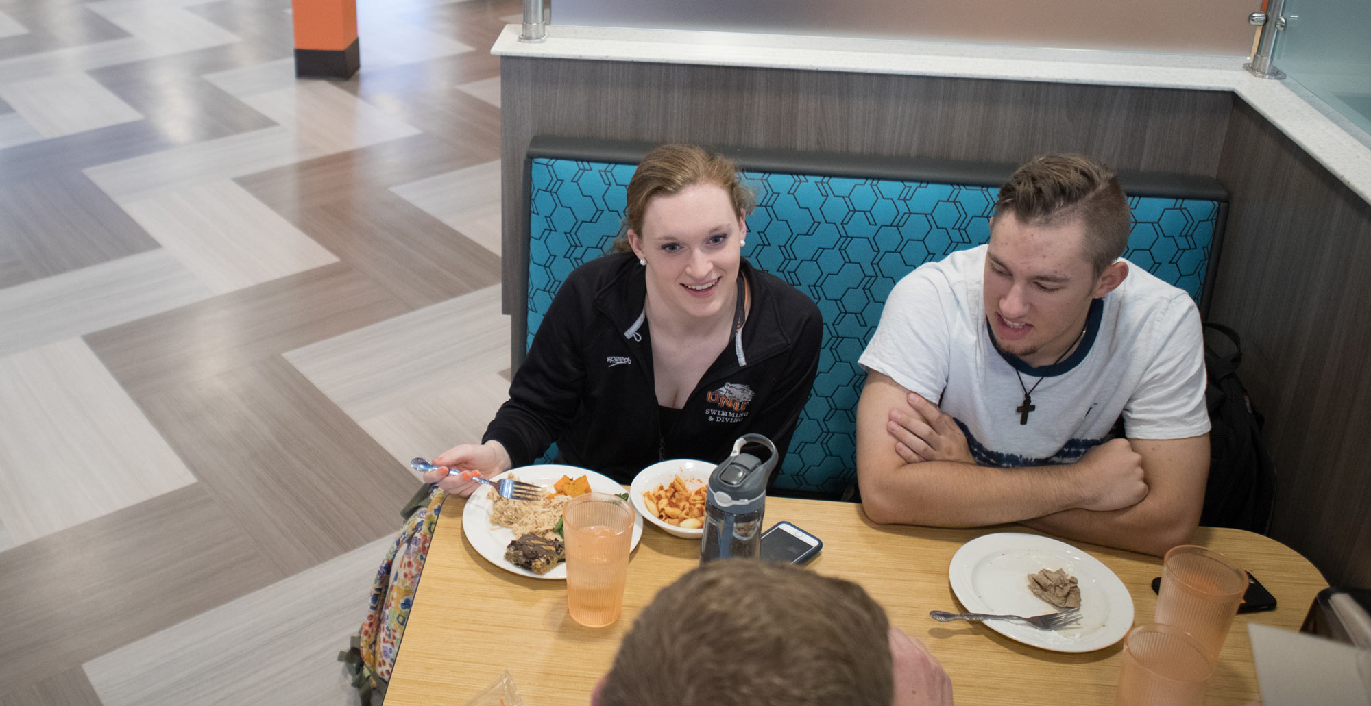 Freshmen Abby Leatherwood and Seth Darrah eat lunch in the dinning hall.