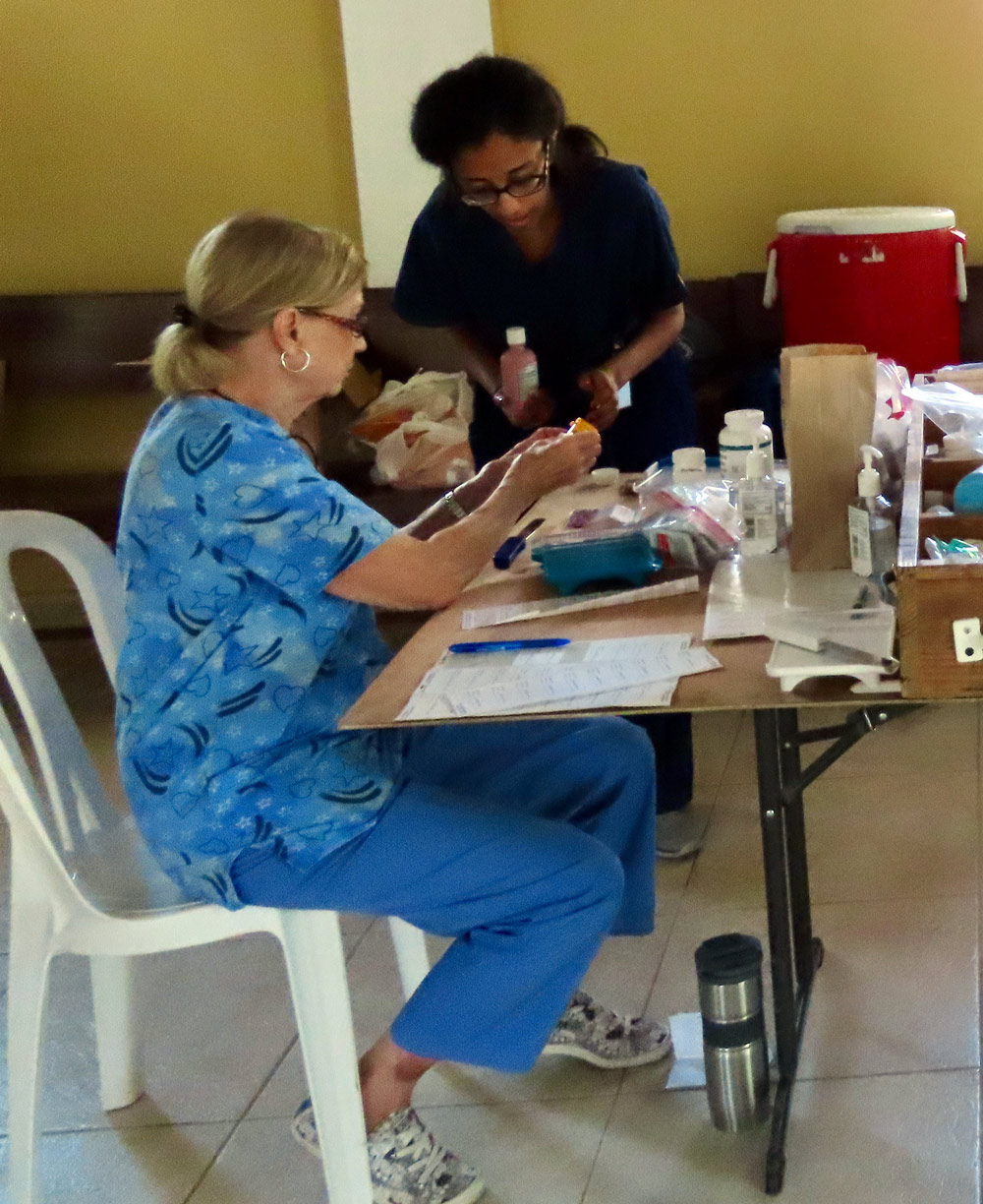 public health students working in the Dominican Republic providing care.